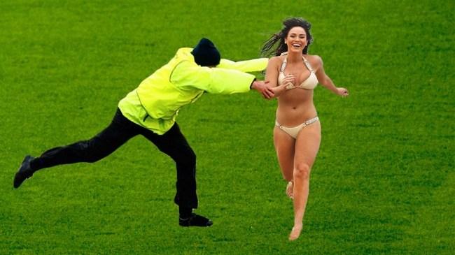 девушка в купальнике на футбольном поле