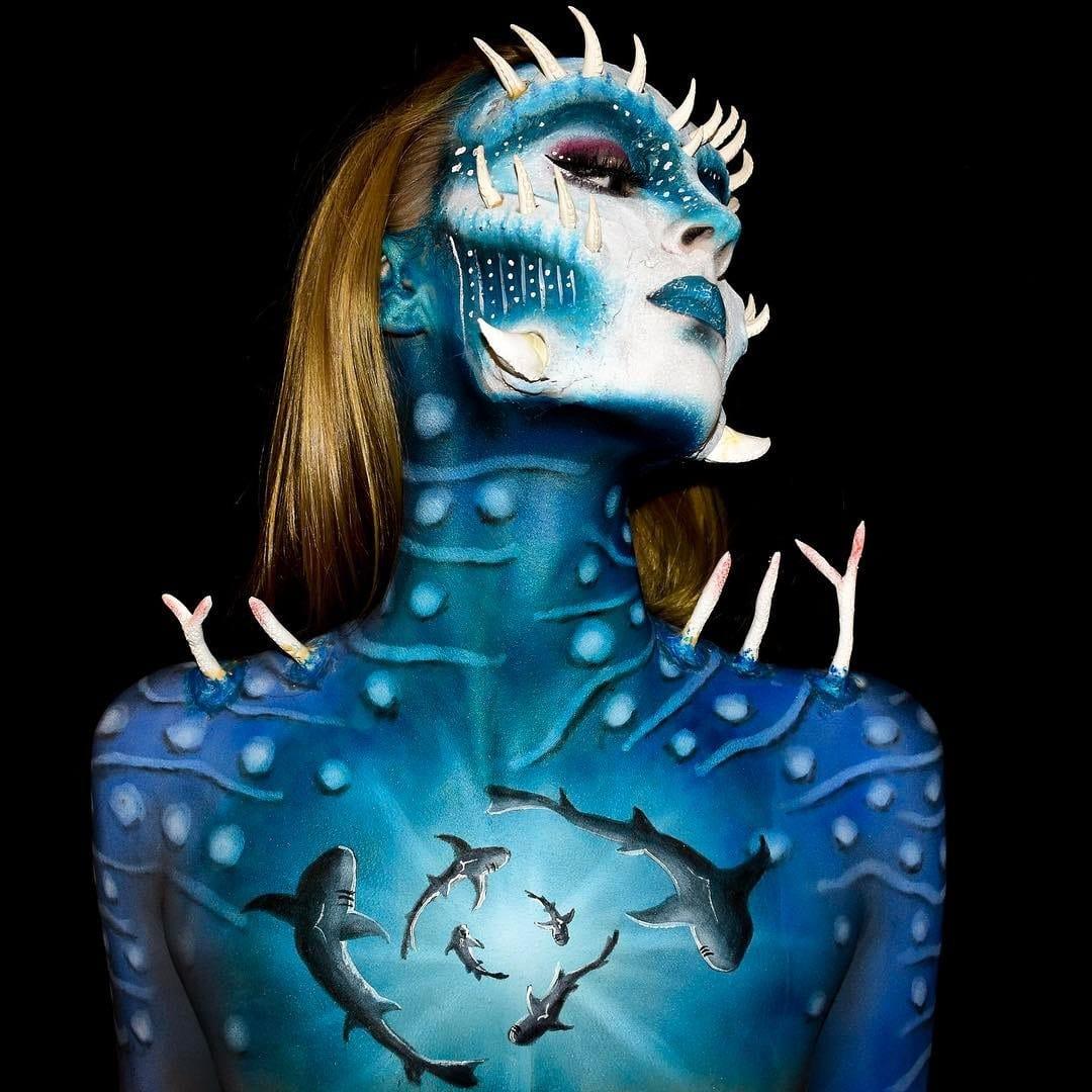 девушка с синей кожей