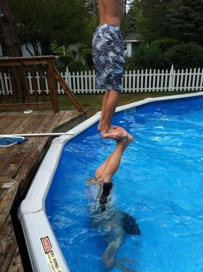 парни в бассейне