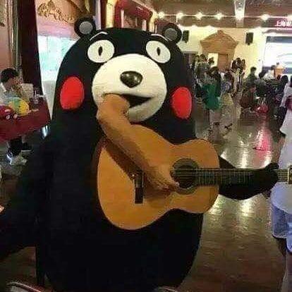 парень в костюме медведя играет на гитаре