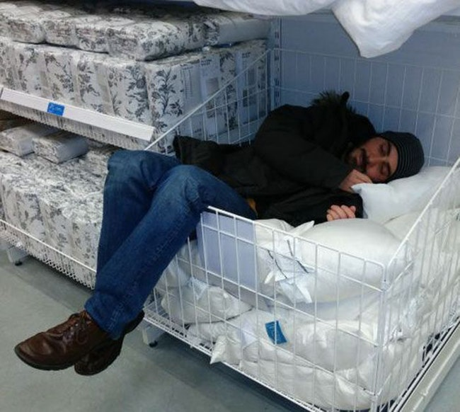 парень спит в супермаркете