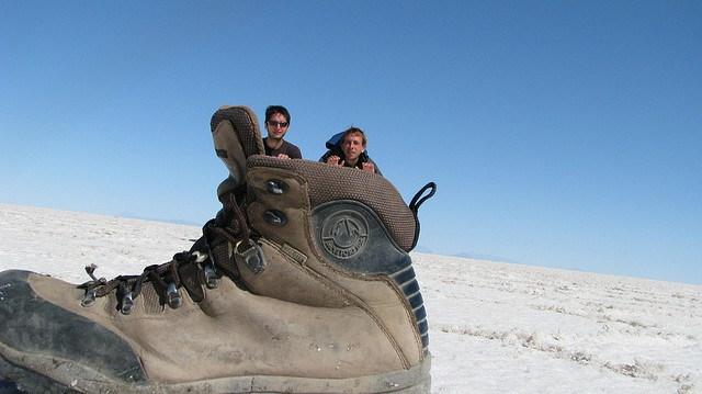 люди в ботинке