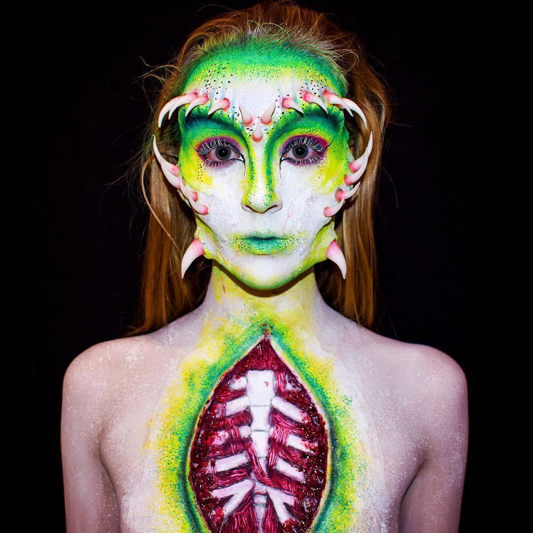 рыжая девушка с боди-артом на теле