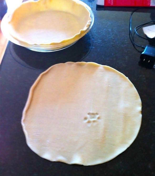 тесто с отпечатком кошачьей лапы