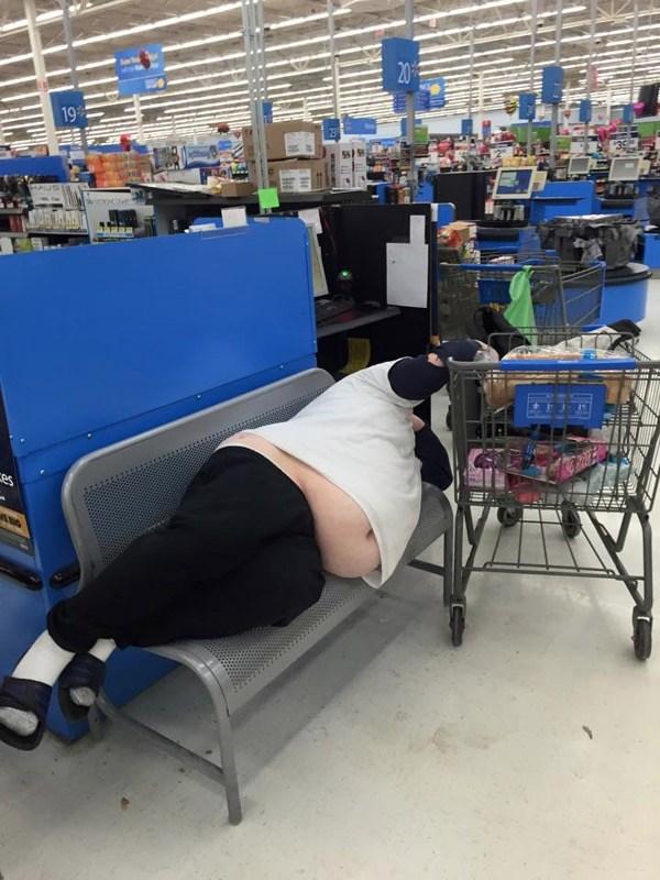 мужчина уснул вмагазине
