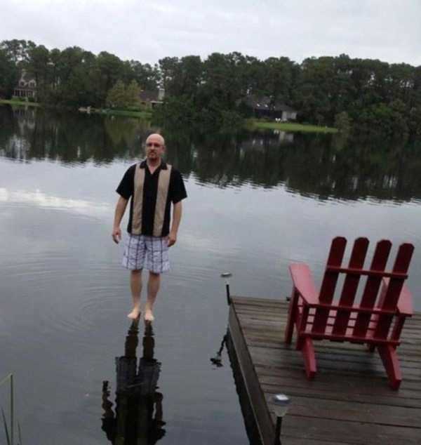 мужчина стоит на воде