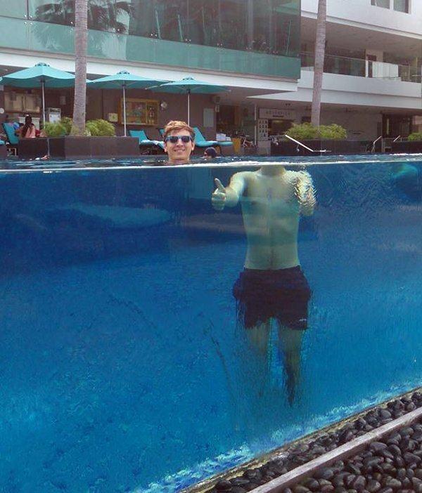 парень в бассейне