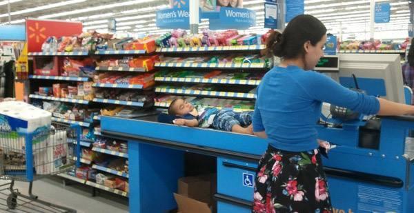 ребенок спит на ленте