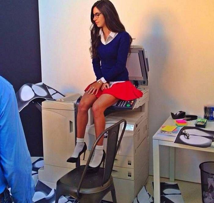 девушка сидит на ксероксе