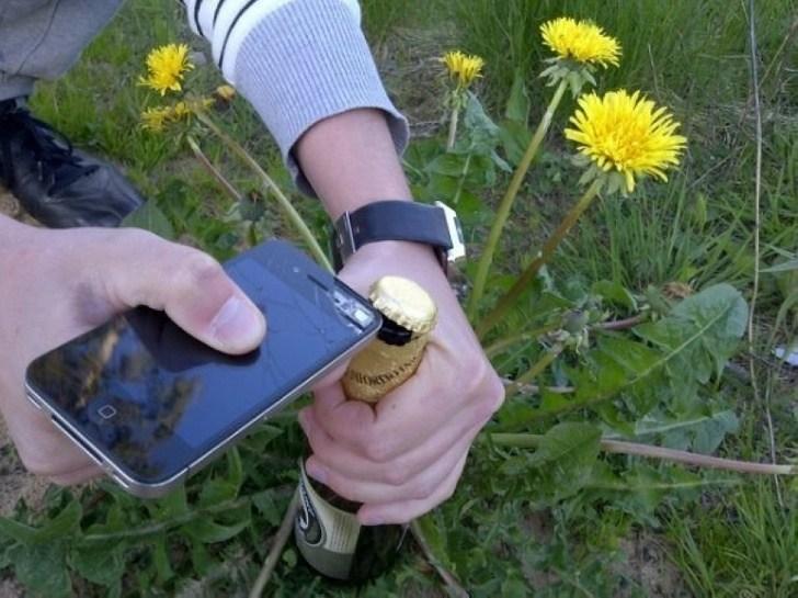 телефоном открывают пиво