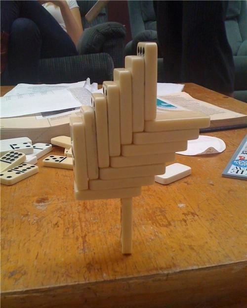 конструкция из домино