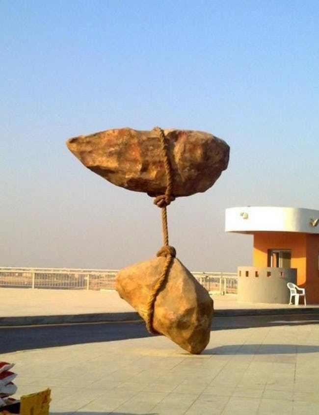 парящие в воздухе камни