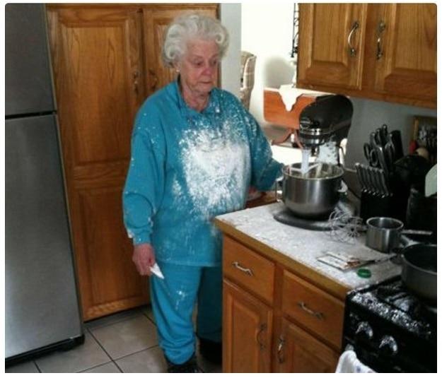 пожилая женщина в муке