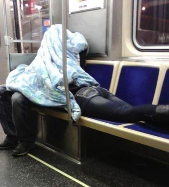 пара под одеялом в метро