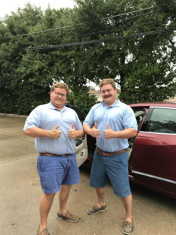 мужчины в голубой одежде