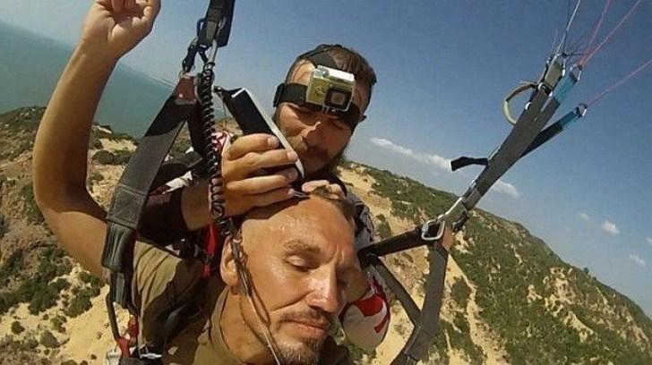 парашютиста стригут в воздухе