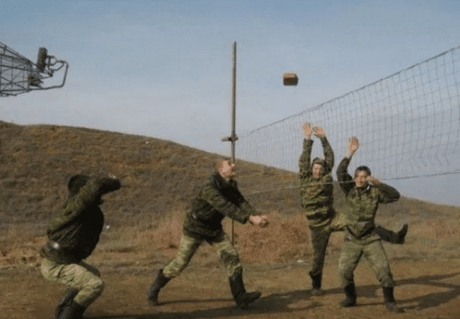 парни играют в волейбол