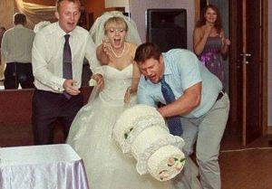 свадебный торт падает на пол