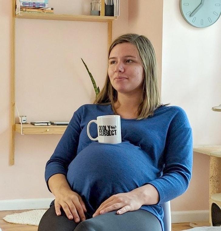 беременная девушка с чашкой на животе