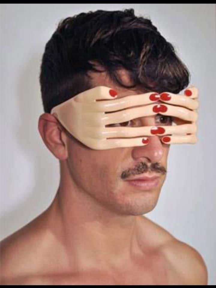 парень в очках в форме женских рук