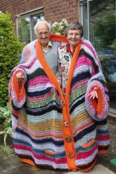 бабушка и дедушка в вязаном кардигане