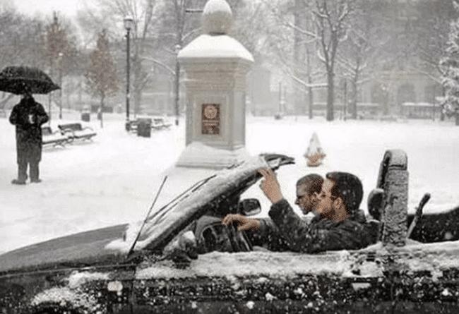 мужчины зимой в кабриолете