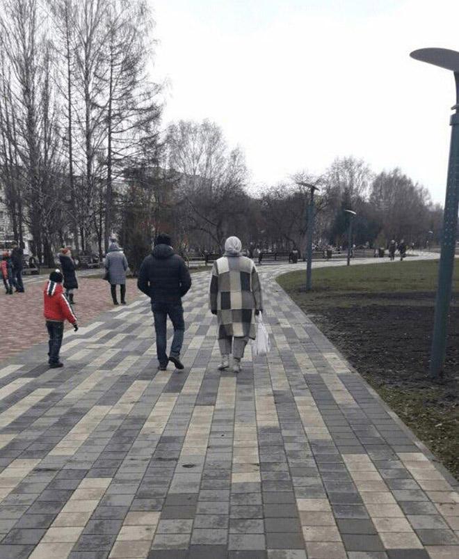 люди на тротуаре