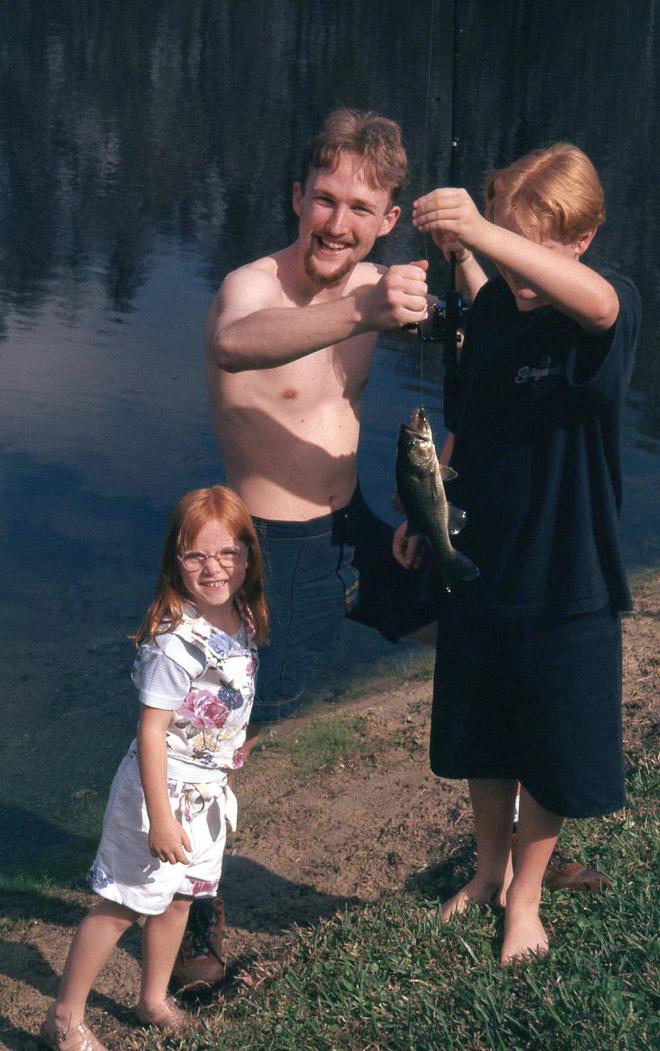 мужчина на рыбалке с детьми