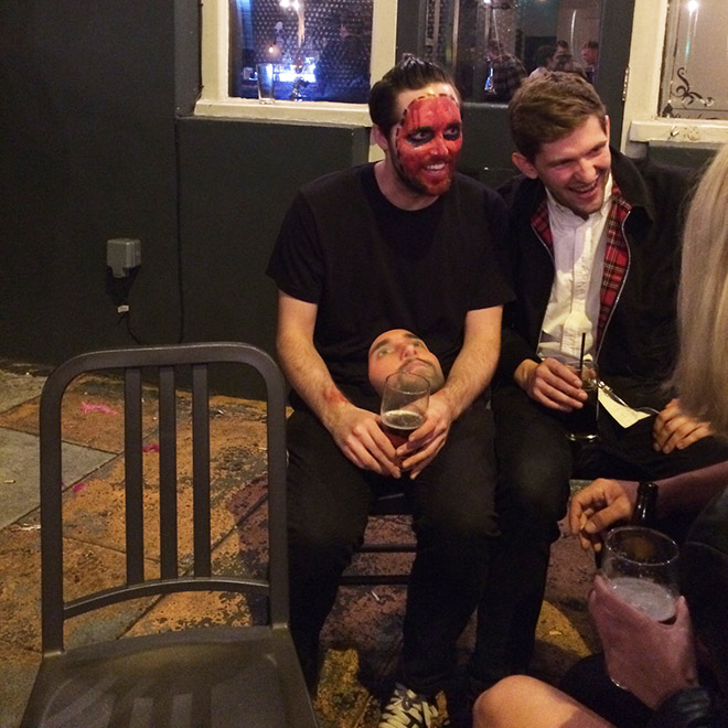 мужчины в костюмах на Хэллоуин