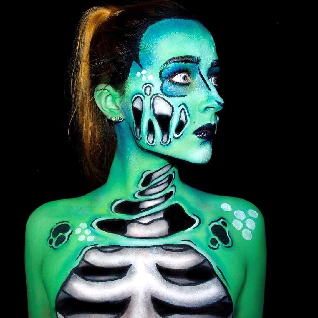 девушка с нарисованным на теле скелетом