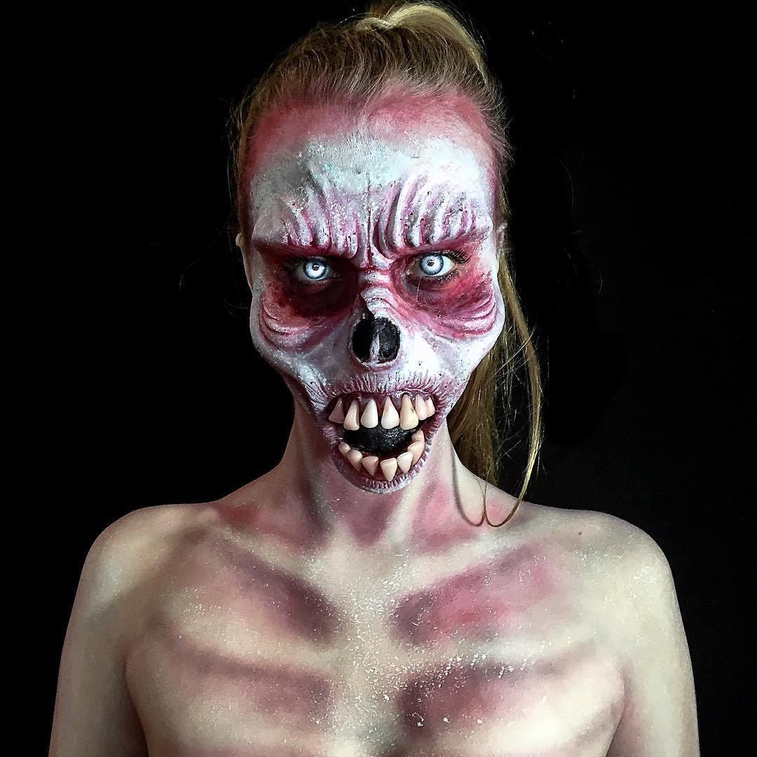девушка с лицом раскрашенным для Хэллоуина