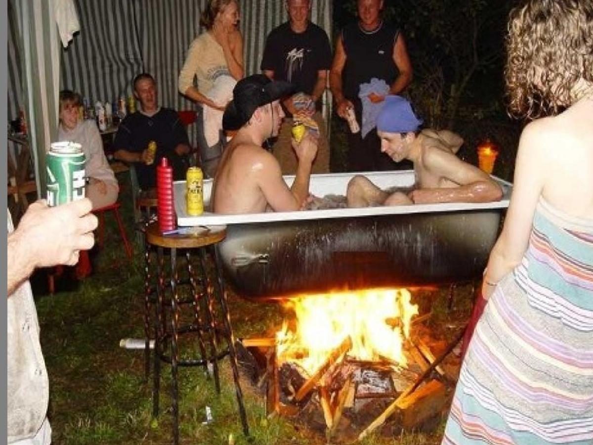 парни в ванне над костром
