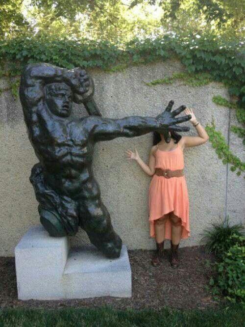 девушка рядом со статуей