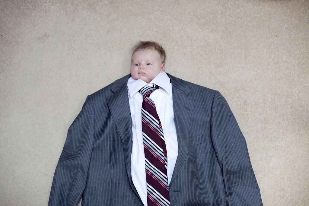 малыш во взрослом костюме