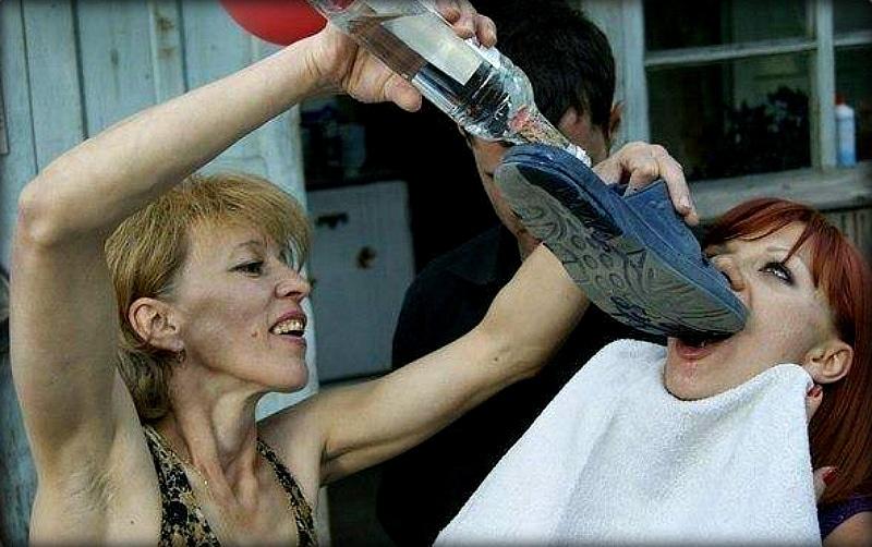 девушки с бутылкой водки