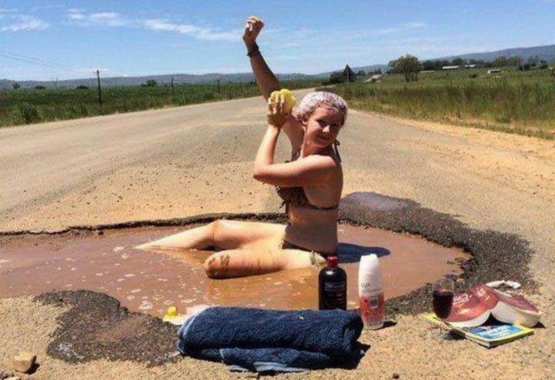 девушка моется в луже