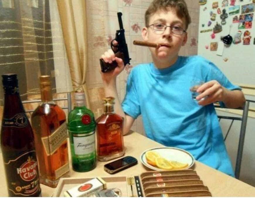 мальчик с сигарой и пистолетом