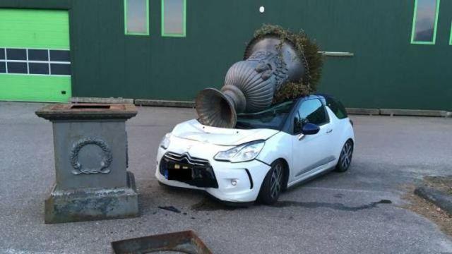 разбитая белая машина