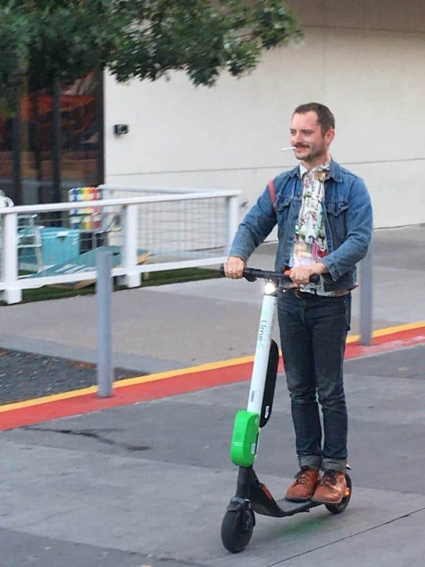 элайджа вуд на скутере