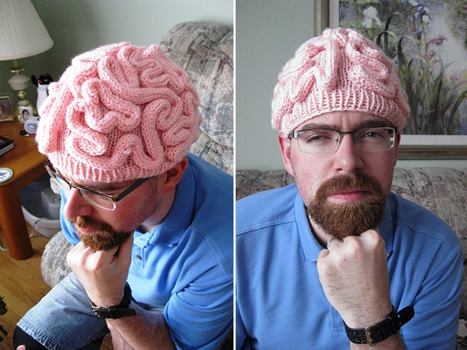 мужчина в розовой шапке