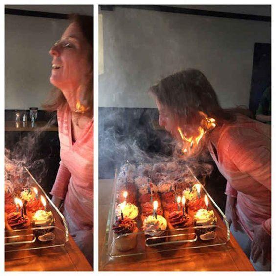 женщина задувает свечи