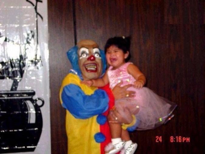 девочка на руках у клоуна