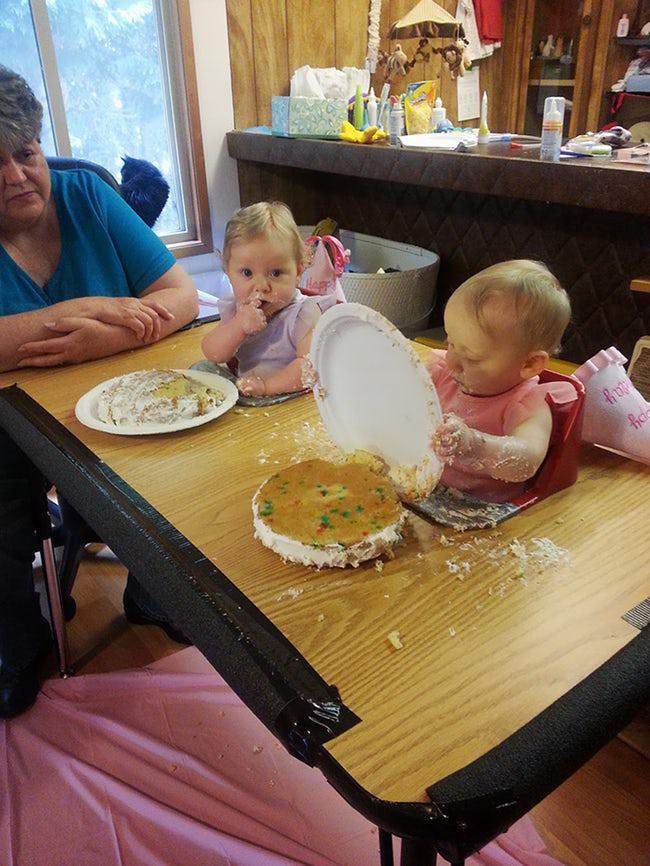 маленькие девочки едят торт