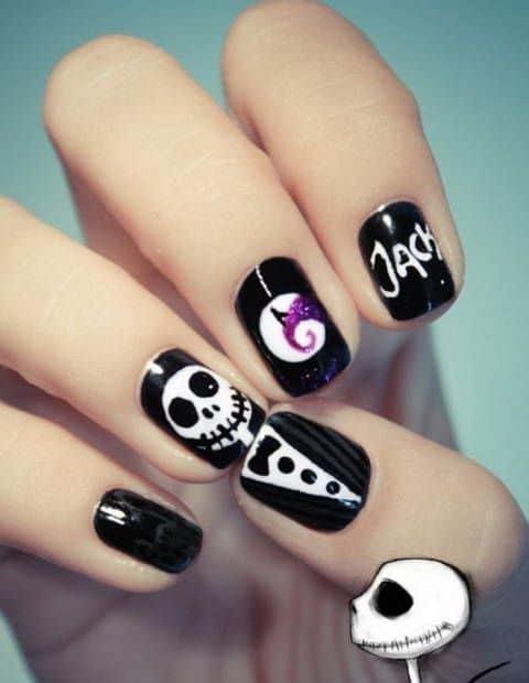 черные ногти с нарисованным скелетом