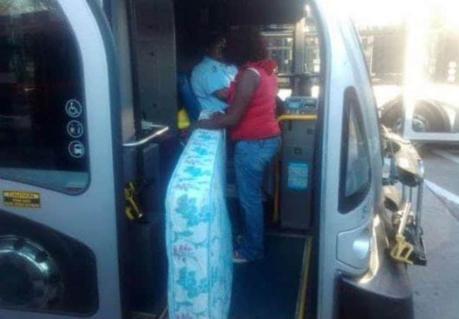 женщина с матрасом в автобусе