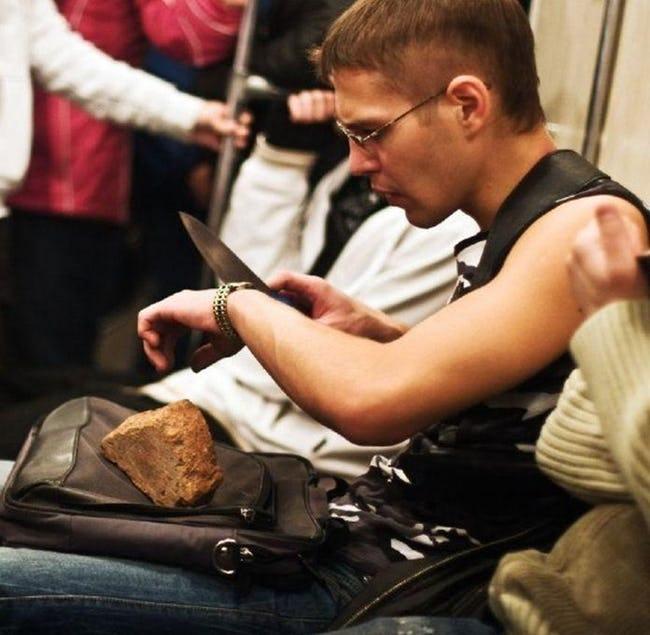 парень режет хлеб в метро