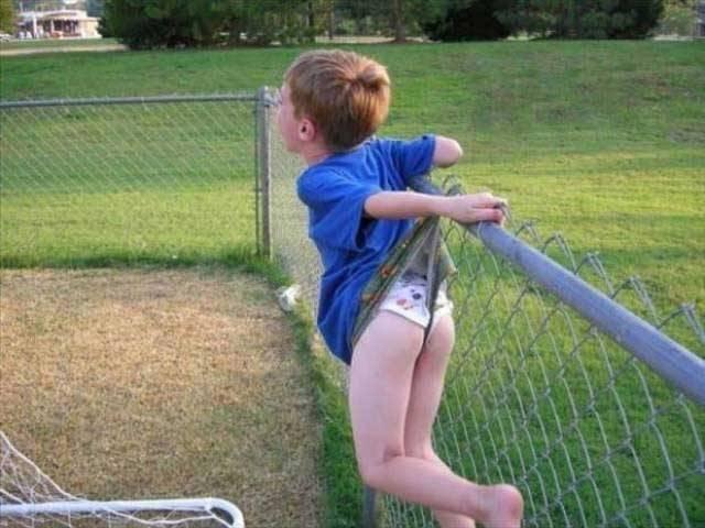 ребенок застрял на решетке