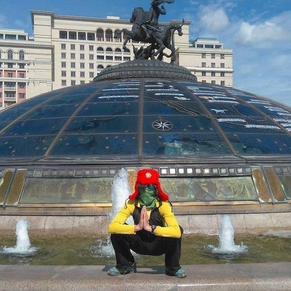 парень на фоне фонтана