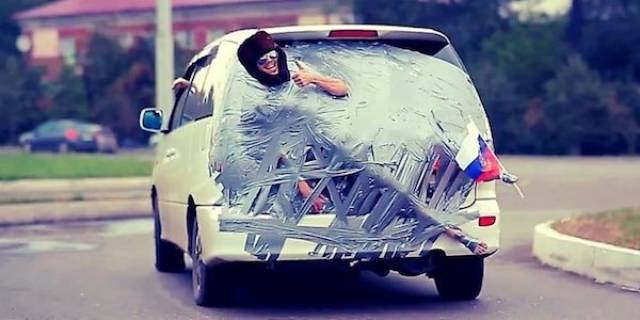 парень примотан скотчем к машине