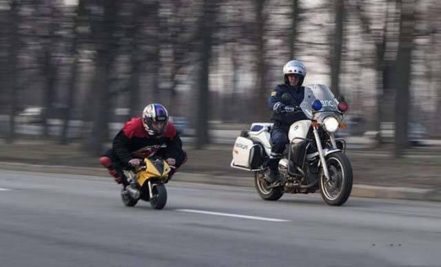 мужчина на детском мотоцикле